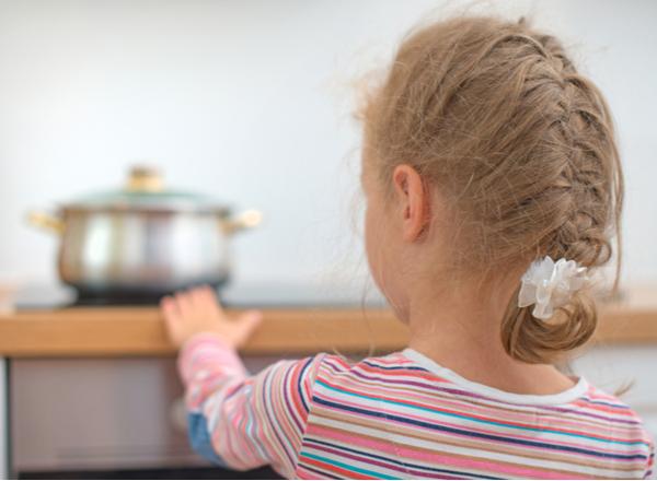 Εγκαύματα στα παιδιά: Τα μέτρα πρόληψης και οι πρώτες βοήθειες