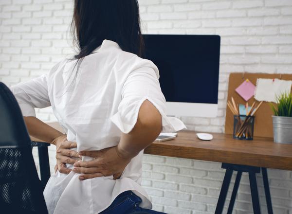 7 συμβουλές για να αποφύγετε πόνους σε πλάτη, μέση, αυχένα και ισχία όταν δουλεύετε από το σπίτι